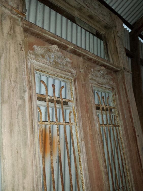 Antieke dubbele deuren met ijzerwerk