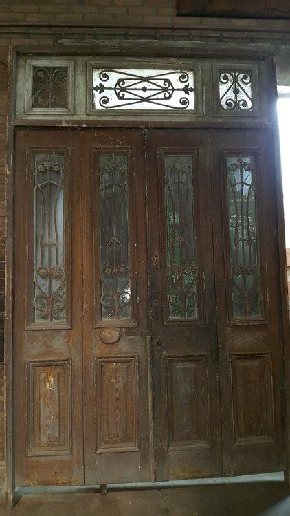 Antieke 4 slag buitendeur met smeedijzeren hekwerk