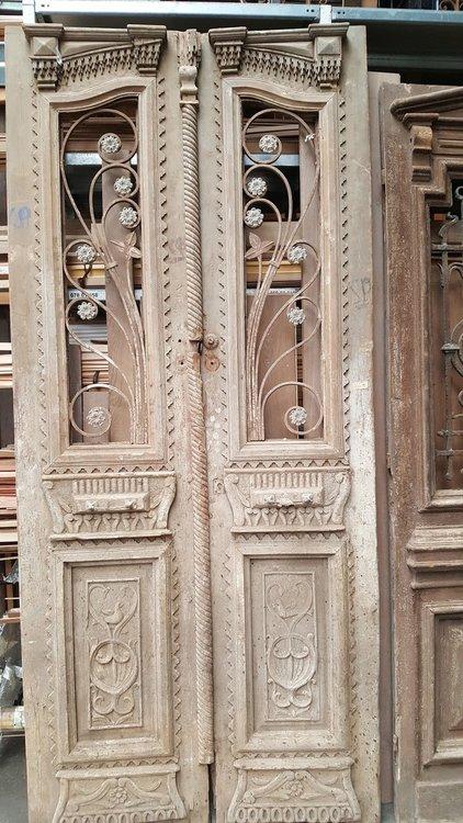 Antieke dubbele deuren met smeedijzer