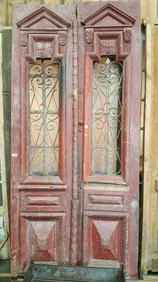Antieke dubbele deur met ijzerwerk