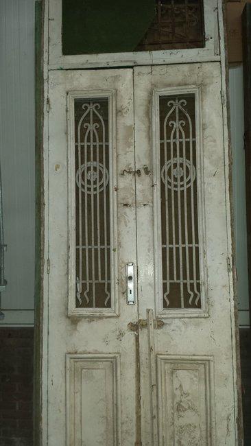 Antieke dubbele deur met ijzerwerk incl kozijn