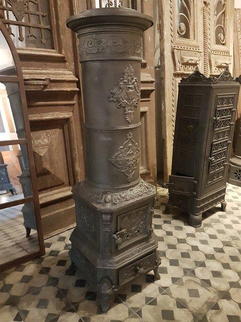 Gietijzeren oude potkachel houtkachel
