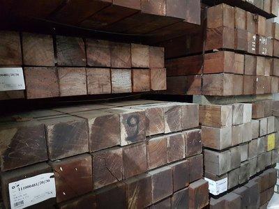 28 stuks hardhout palen 155x155 mm x 215 cm