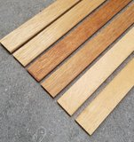 Massief houten liggende plinten in diverse houtsoorten._