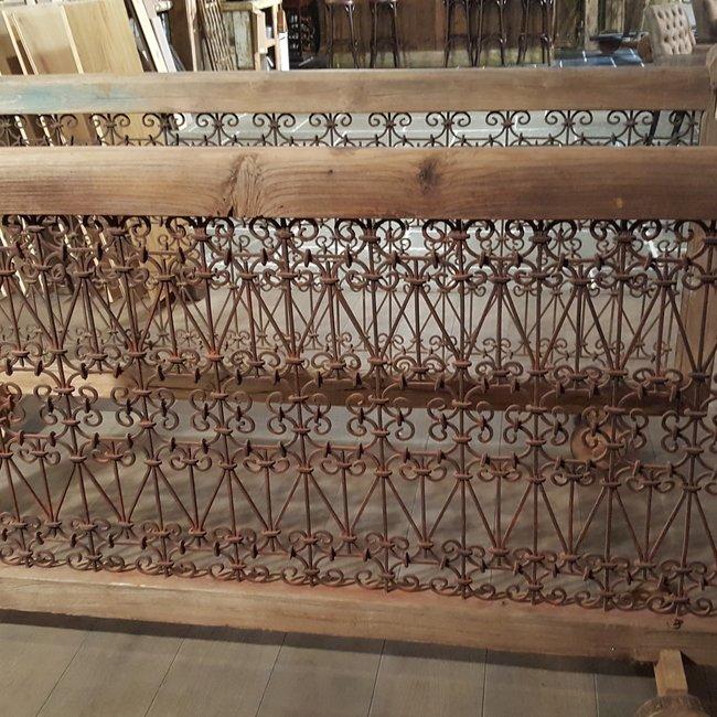 Antiek houten balustrades met smeedijzer formaat 110 x 230 cm