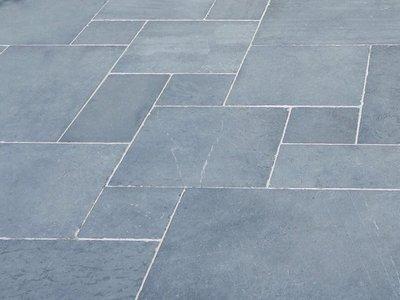 Hardsteen vloer Romaans verband verouderd.