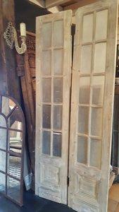 Antieke dubbele deuren met ruitjes